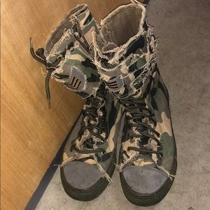 Sketchers camouflage boot